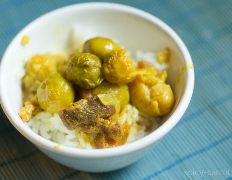 Curry z brukselką i morelami
