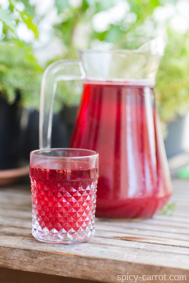 Orzeźwiający napój z hibiskusa, truskawek i wody różanej