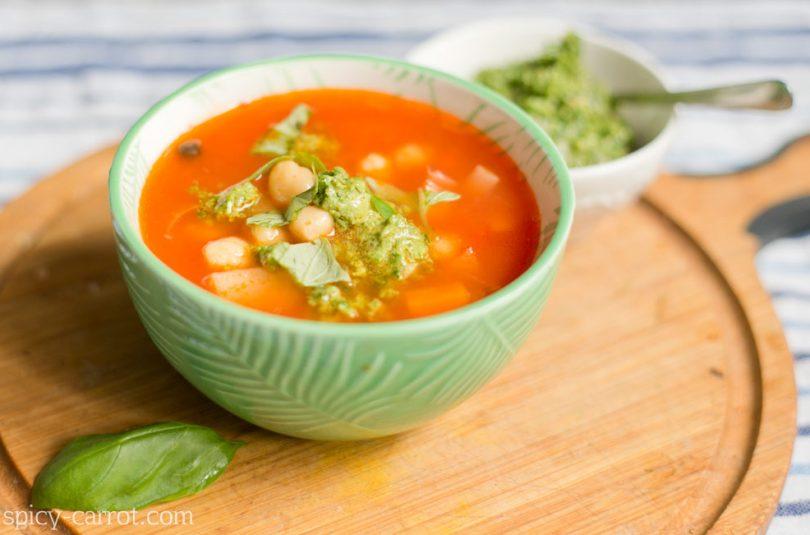 Pomidorówka z ciecierzycą i ryżem oraz domowym pesto